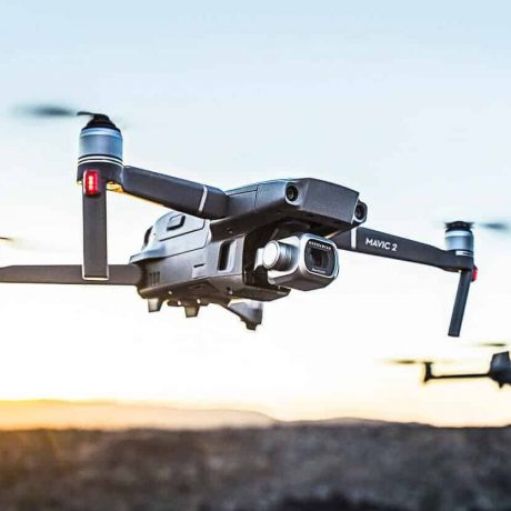 Diese Abbildung zeigt eine fliegende Drohne.