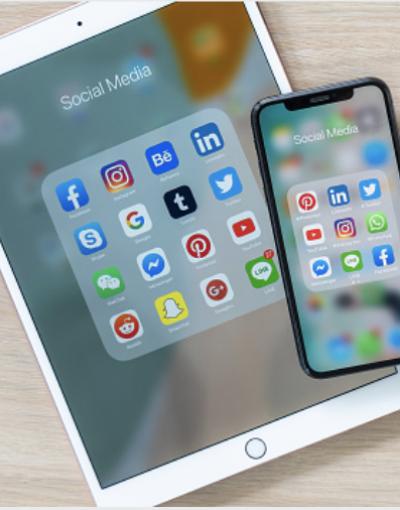 Diese Abbildung zeigt ein iPad und ein iPhone und deren Social Media Apps.